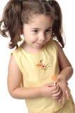blyg le litet barn för flicka arkivbilder