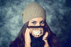 Blyg medelhavs- ung kvinna med långt brunt hår royaltyfri fotografi
