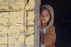 Blyg och fattig afrikansk flicka med headkerchief Fotografering för Bildbyråer