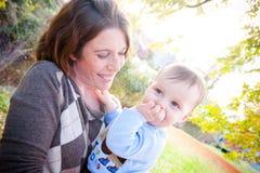 Blyg pojke och moder Arkivbild