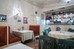Blygsam inre italiensk restaurangLa Cipolla Arkivbilder