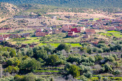 Blygsam traditionell berberby med kubikhus i kartbokmou Arkivfoton