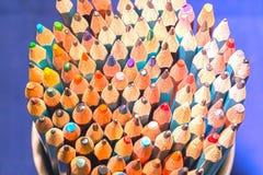 Blytaket av många ljusa kulöra blyertspennor Arkivbild