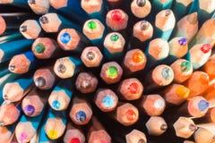 Blytaket av många ljusa kulöra blyertspennor Arkivbilder