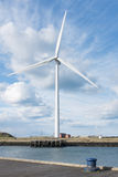 Blyth, le Northumberland, R-U, le 27 avril 2015 La turbine de vent a photographié contre le ciel bleu nuageux dramatique images libres de droits
