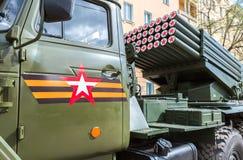 BM-21毕业在乌拉尔375D底盘的122 mm多管火箭炮 库存图片