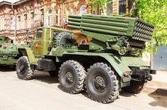 BM-21毕业在乌拉尔375D底盘的122 mm多管火箭炮 免版税库存图片