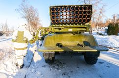 BM-21 Absolvent 122 Millimeter mehrfacher Rocket Launcher auf Ural-375D Fahrgestellen Stockfotos