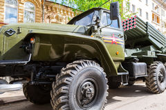 BM-21 Absolvent 122 Millimeter mehrfacher Rocket Launcher auf Ural-375D Fahrgestellen Lizenzfreie Stockbilder