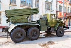 BM-21 absolwent 122 mm Wieloskładnikowa wyrzutnia rakietowa na Ural-375D podwoziu Obraz Stock