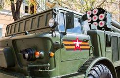 BM-21 absolwent 122 mm Wieloskładnikowa wyrzutnia rakietowa na Ural-375D podwoziu Obrazy Stock