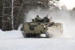 BMP-3M sur des procès de croisière dans la forêt d'hiver Photo stock