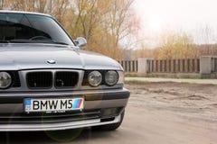 切尔尼戈夫,乌克兰- 2017年11月8日 BMW与数字'BMW M5的'M5 E34 免版税库存照片