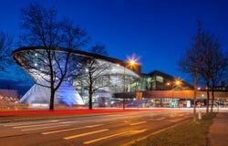 BMW世界(BMW鞭痕)在慕尼黑在晚上 免版税库存照片