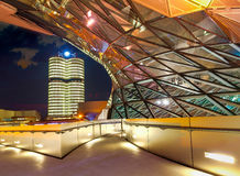 BMW世界BMW鞭痕在慕尼黑在晚上 免版税库存照片