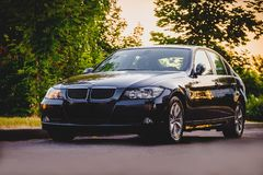 BMW在日落的黑色汽车 库存图片