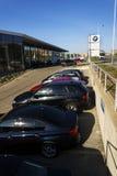 BMW在经销权大厦前面的汽车公司商标2017年3月31日在布拉格,捷克共和国 库存照片