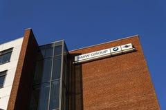 BMW小组在捷克总部修造的公司商标 免版税库存照片