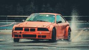 BMW漂泊汽车执行与雨 免版税库存图片