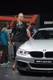 从BMW的第四名系列小轿车BMW交通妇女在汽车莫斯科国际汽车沙龙附近合作 库存图片