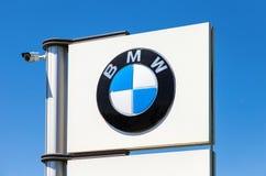 BMW återförsäljaretecken mot blå himmel Royaltyfria Foton