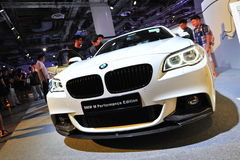 BMW överenskommelsesportbil för 2 serie på skärm på BMW världen 2014 Arkivfoto