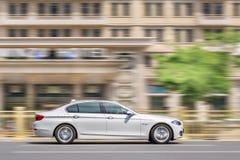BMW 5 серий на дороге в центре Пекина, Китае Стоковое фото RF