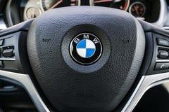BMW X5 2018关闭方向盘和仪表板 现代汽车内部细节 汽车详述 媒介控制按钮 库存照片