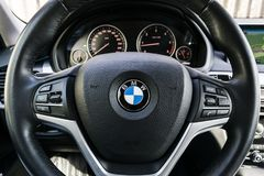 BMW X5 2018关闭方向盘和仪表板 现代汽车内部细节 汽车详述 媒介控制按钮 免版税库存图片