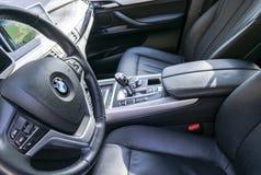 BMW X5 2018关闭方向盘和仪表板 现代汽车内部细节 汽车详述 媒介控制按钮 库存图片