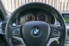 BMW X5 2018关闭方向盘和仪表板 现代汽车内部细节 汽车详述 库存照片