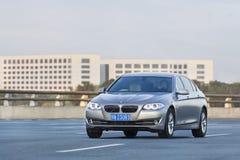 BMW 5在高速公路的系列长的轴距,北京,中国 图库摄影
