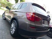 BMW X3驱动3的古铜色颜色 在利马停放的5i 免版税图库摄影