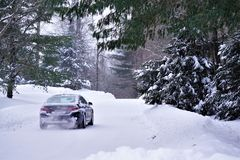 BMW accelererar på den snöig vägen arkivfoton