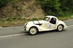 BMW-Auto, das in Mille Miglia-Rennen läuft Stockfotografie