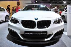 BMW Auto mit 2 Reihenvertrags-Sport auf Anzeige an BMW-Welt 2014 Stockbild
