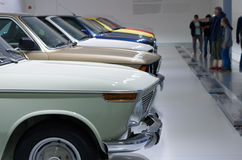 BMW automobiles de 3 séries sur le support dans le musée de BMW Images libres de droits