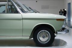 BMW automobiles de 3 séries sur le support dans le musée de BMW Image libre de droits