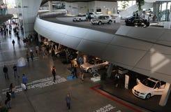 BMW-Autos, die Ausstellung in München aufbauen Lizenzfreie Stockfotos
