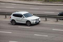 BMW blanc expédiant sur la route vide Photographie stock libre de droits