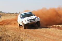 BMW branco de derivação reagrupa o carro que retrocede acima a poeira na volta Foto de Stock