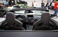 BMW cabrio som visas på den 3rd upplagan av MOTO-SHOWEN i Cracow Polen Arkivfoton