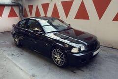 在车库的黑汽车, BMW E46小轿车 图库摄影