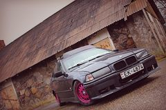 BMW e36, de girlcar herfst, donker Royalty-vrije Stock Foto's