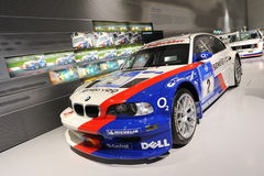 BMW E46 M3 som ÄR GTR på skärm i den turnera bilen Hall av BMW museet Royaltyfria Bilder