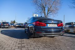 BMW emblem på en bmw-bil royaltyfri fotografi