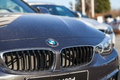 BMW emblem på en bmw-bil fotografering för bildbyråer