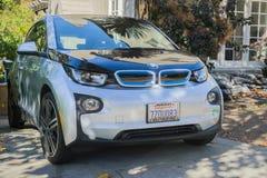 BMW ett elektriskt medel, modellen I3, parkerade framme av ett hus royaltyfria foton