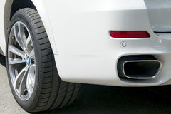 BMW F15 X5 M Perfomance 轮胎和合金轮子 一辆白色现代豪华汽车的侧视图 免版税库存照片