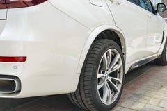 BMW F15 X5 M Perfomance 轮胎和合金轮子 一辆白色现代豪华跑车的侧视图 汽车外部细节 免版税图库摄影